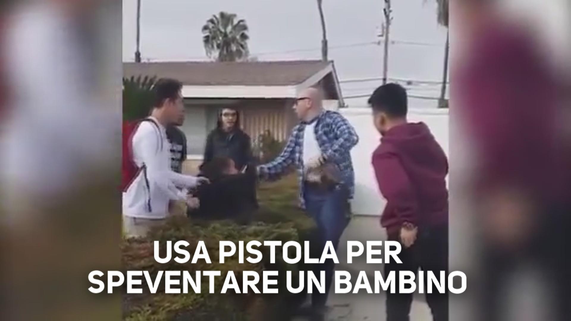 Immagini shock: poliziotto usa arma contro un ragazzino